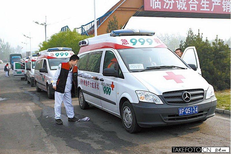 北京红十字会999急救中心救援队赶到雅安为灾区送去急救车