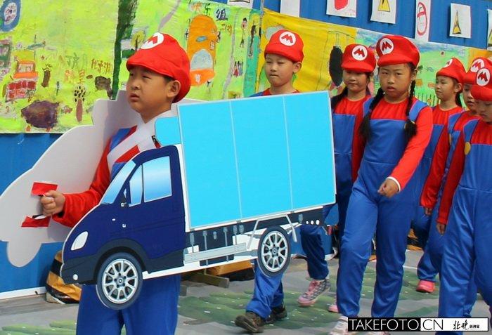 小学生交通安全帽-清华实验小学学生画卡通 趣味宣传讲解交通安全知识