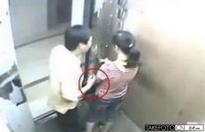 男子电梯戳女子胸部和下体 新加坡被判鞭刑 图