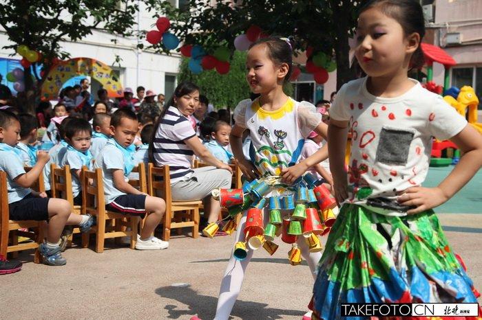 """幼儿园小模特 """"环保服装""""走秀庆六一"""