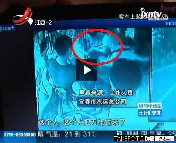 车内的监控录像也记录了少年见义勇为的瞬间.-江西宜春遇砍人夺刀