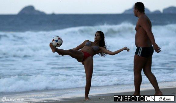 巴西美女享受沙滩足球