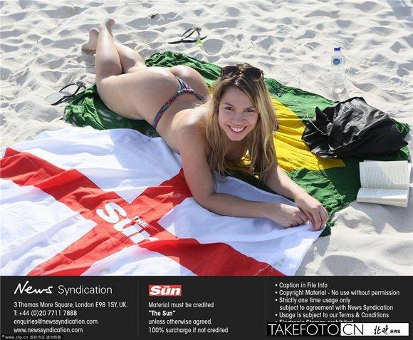 火辣美女力挺英格兰 沙滩比基尼秀翘臀