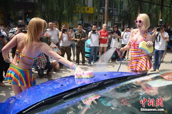 金发美女穿比基尼热舞洗车组图