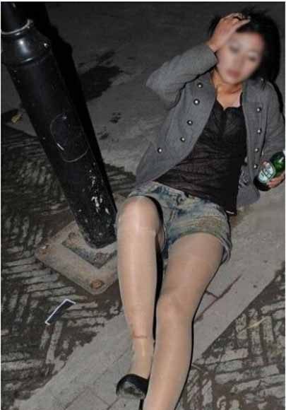 25岁男子趁女孩醉酒劫色劫财 竖