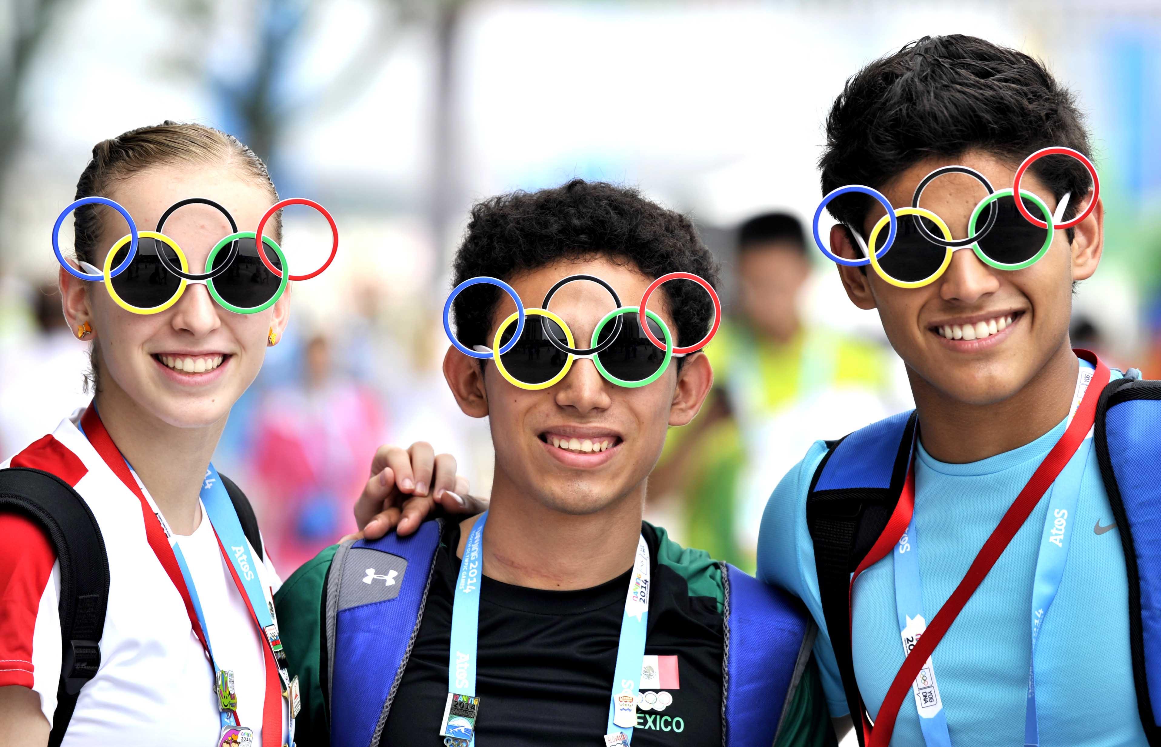 南京 南京市/8月15日,墨西哥运动员塞蒂纳(中)与队友带着奥运五环墨镜...