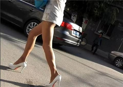 女子穿超短裙上街露黑色内裤惊呆网友