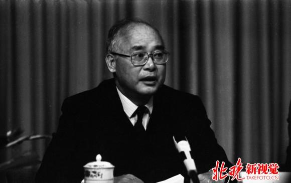 生于江苏无锡,祖籍浙江上虞.   1938年,何振梁随全家搬到了上海的