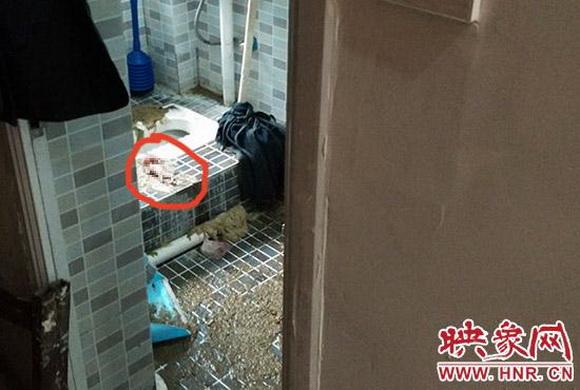 洗手间门口,打开洗手间的门发现里面遍地污秽,气味难闻不堪,更高清图片