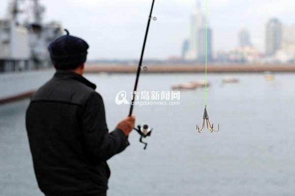 青岛市民钓鱼不用饵甩钩收线超轻松 鱼钩犹如爬墙钩