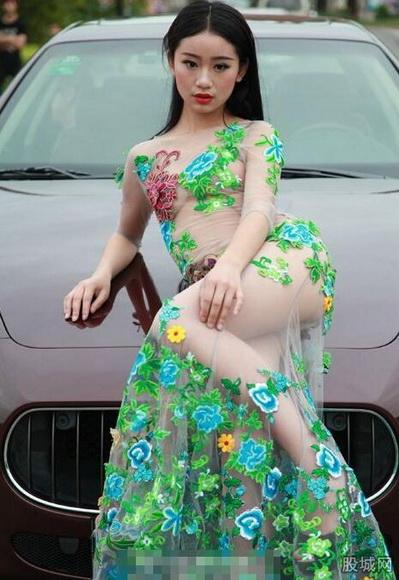 高校红毯秀惊现穿透视装似全裸美女