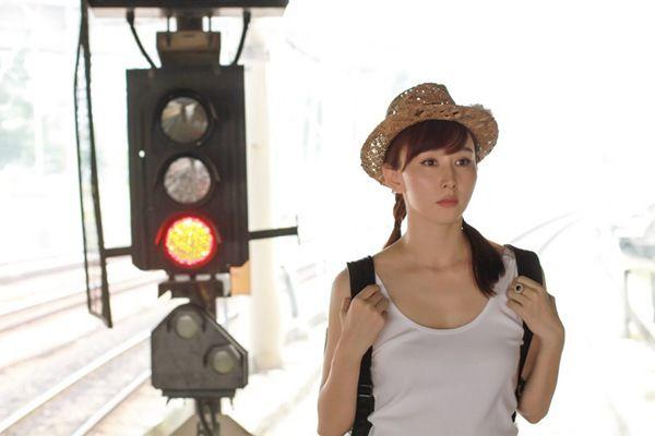 胡静旅行似少女辣妈写真曝光 网友:白衣红裙简直美哭了