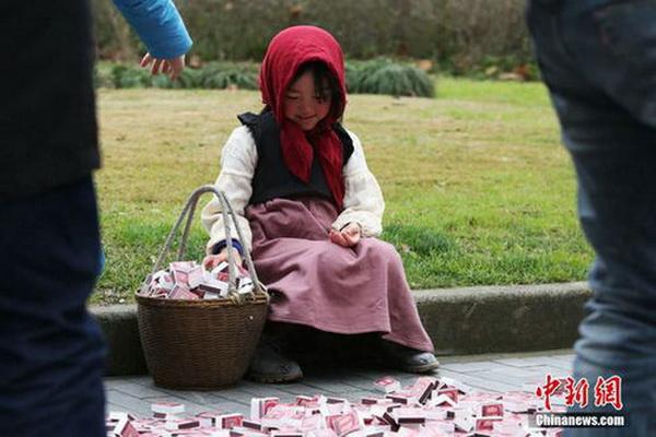 上海现卖火柴女孩 再现安徒生童话