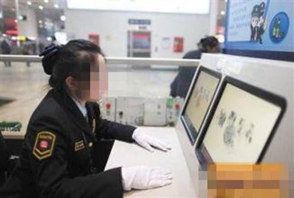 地铁安检查出枪支 女乘客不愿意配合声称不知道里边是什么