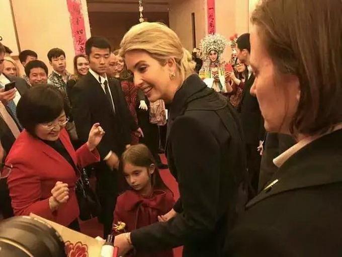 特朗普女儿来拜年 伊万卡近距离感受中国文化女儿红衣出席很抢眼