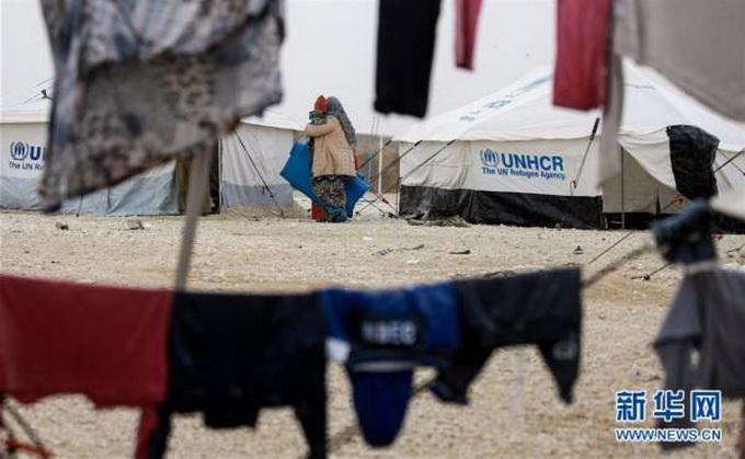 实拍伊拉克难民营 争抢救济面包生活困难令人心酸