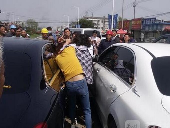 两辆大奔街头斗气女司机当街上演全武行衣服险被脱光图片